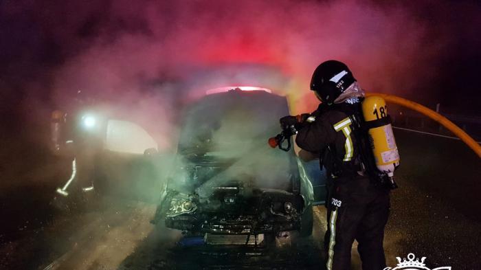 Bomberos sofocando el incendio de un vehículo. Fotografía de Bomberos