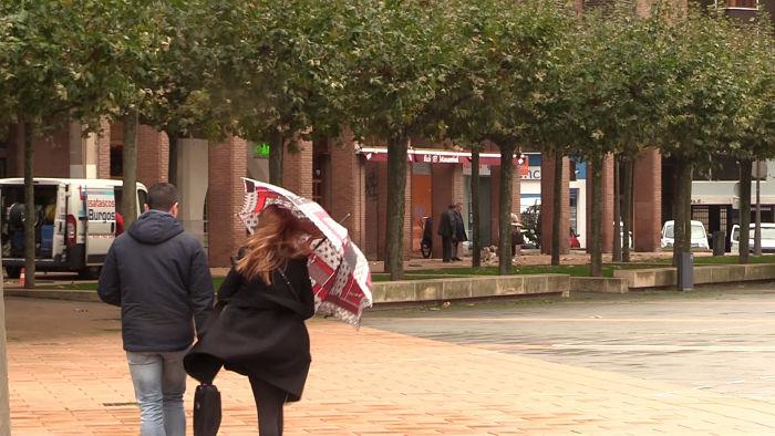 Viento, gente andando, paraguas, mal tiempo_opt