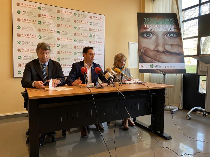 Luis Morcillo, director de la OMIC, Daniel de la Rosa, alcalde de Burgos, y Lola Ovejero, concejal de Comercio y Consumo
