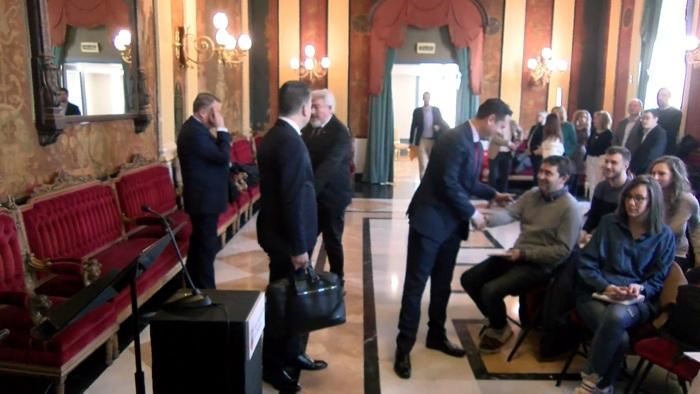 El alcalde saluda a un periodista antes de presentar el acuerdo de presupuestos