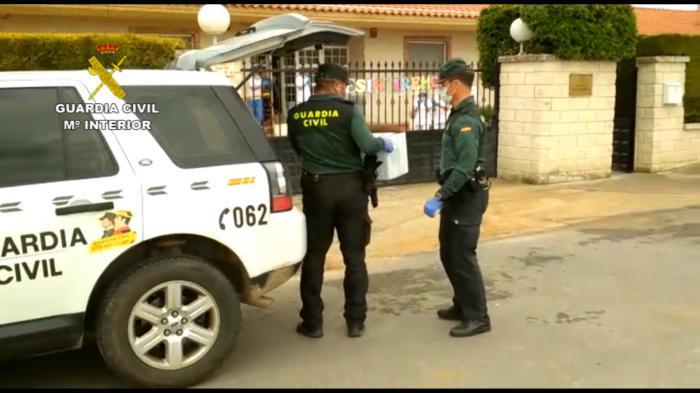 Guardia Civil colaborando en el reparto de test a las residencias de Burgos