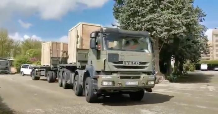 Vehículo del Ejército llegando a la Farmacia Militar