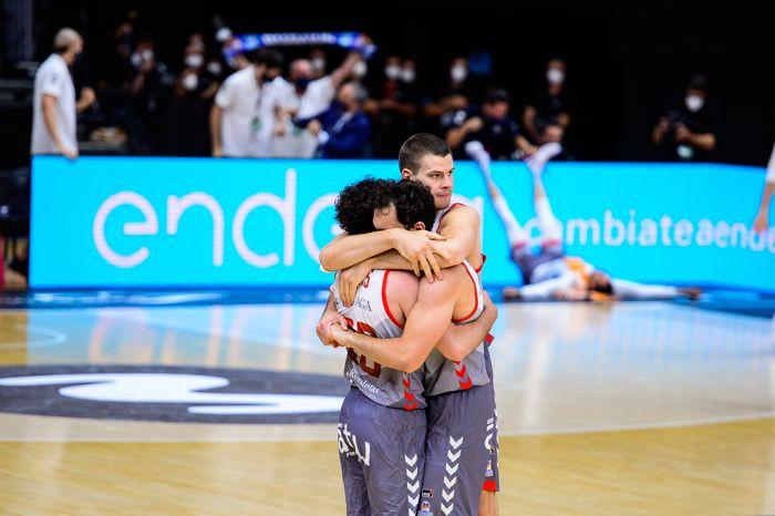 Abrazo jugaores del san pablo burgos en la celebración de la victoria en el partido contra el Morabanc Andorra en la fase final de la liga endesa acb
