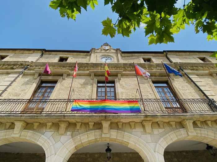 Ayuntamiento de Medina de Pomar celebrando el Día del Orgullo LGTB