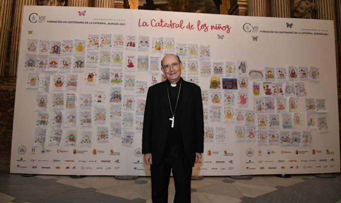 El Arzobispo de Burgos durante su visita a la catedral para ver los dibujos de la iniciativa la Catedral de los niños