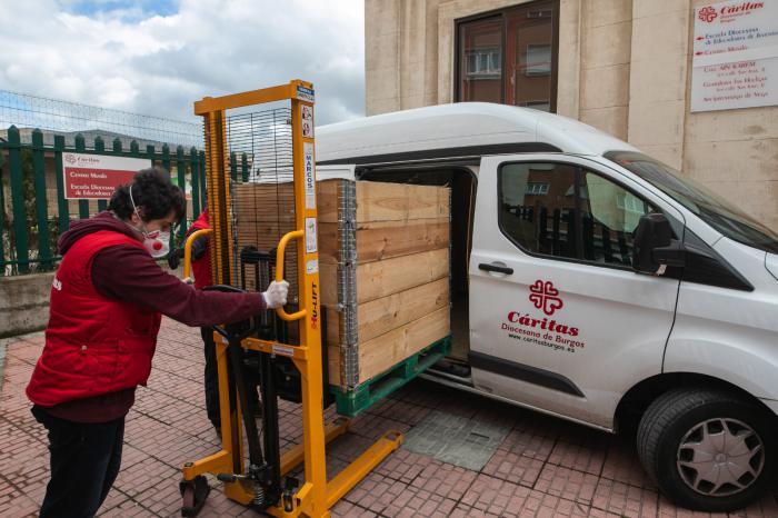 Voluntario de Cáritas participando en el proyecto 'Vamos Burgos'