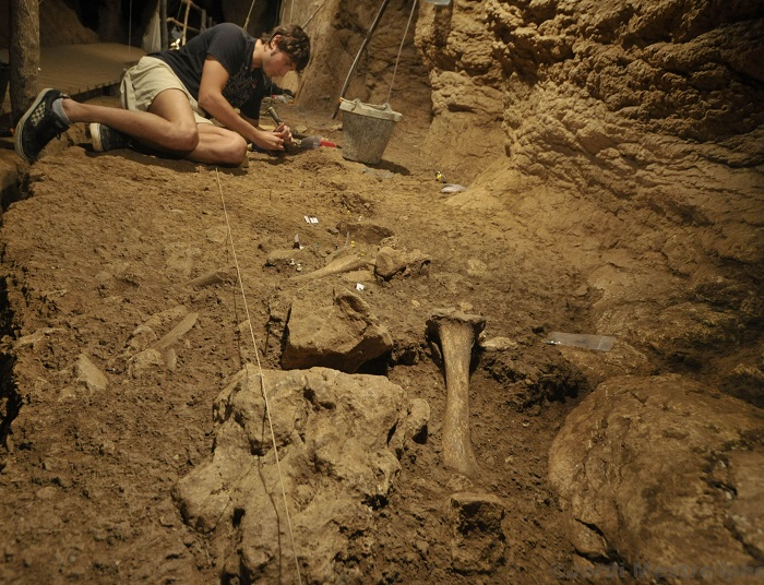 Trabajos en la Cova del Toll en Barcelona