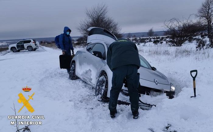 Vehículo atrapado en la nieve