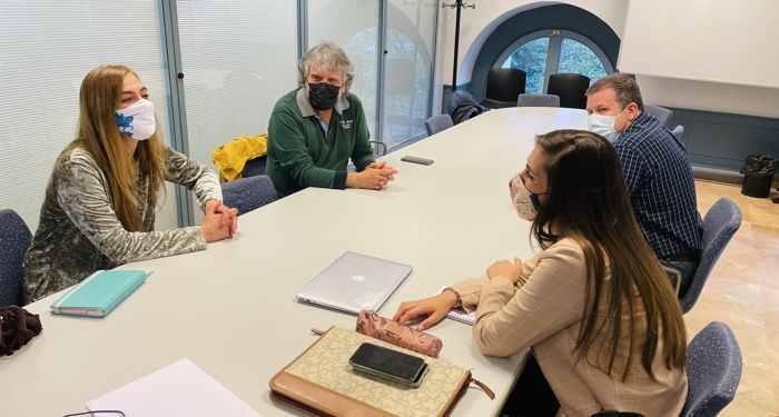 20210410 Carolina Álvarez y Andrea Ballesteros con representantes de las peñas