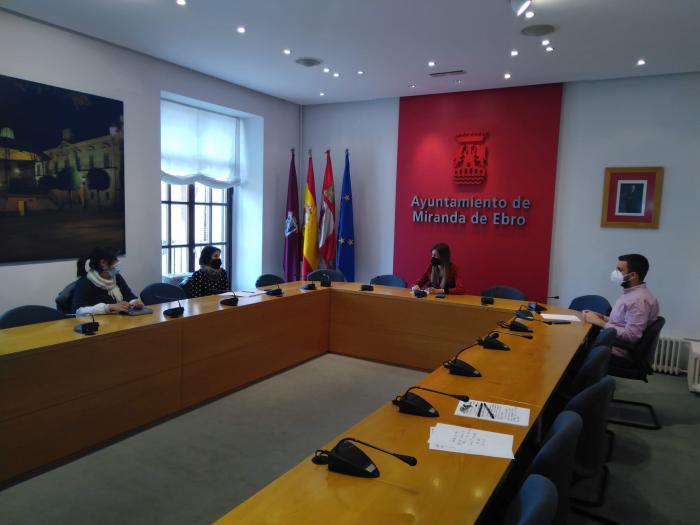 Aitana Hernando, alcaldesa de Miranda de Ebro junto a familias de enfermedades raras