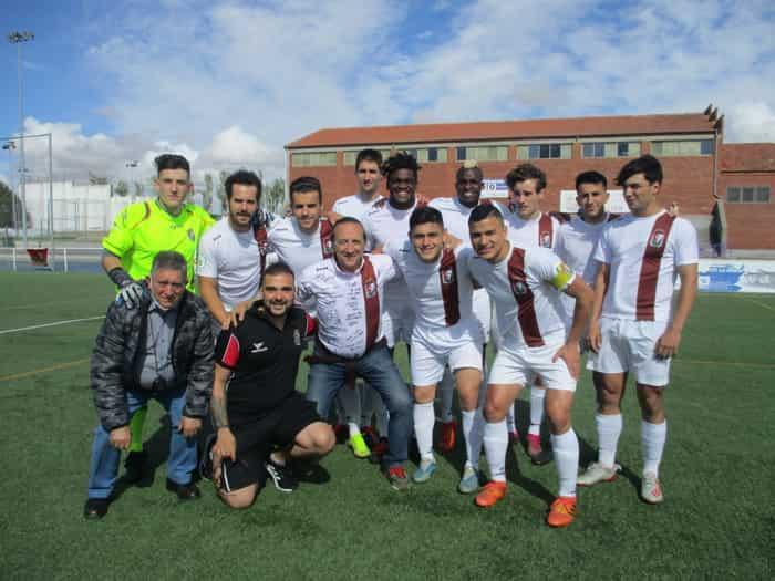Juan Antonio Gallego posa junto al once titular del Real Burgos en Peñaranda