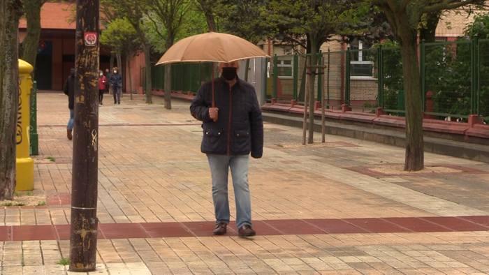 gente paraguas lluvia