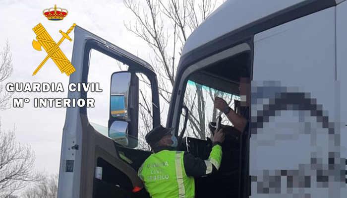Imagen de archivo de un control de alcoholemia al conductor de un vehículo pesado