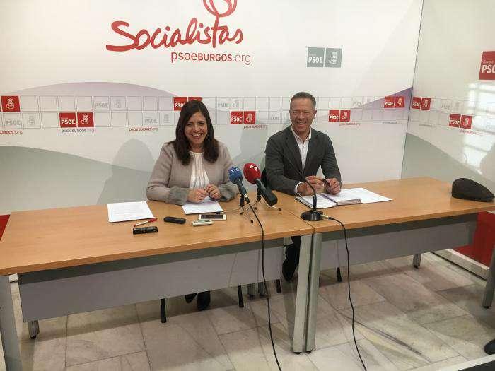 Esther Peña y Ander Gil en la sede del PSOE de Burgos