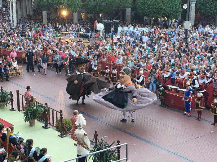Gigantillos bailando en la Plaza Mayor durante los Sampedros