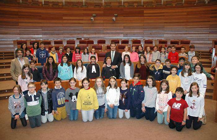 Ángel Ibáñez recibe en las Cortes de Castilla y León a alumnos del Niño Jesús