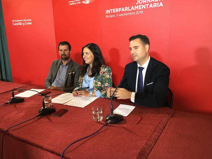 Luis Tudanca, secretario general del PSOE de Castilla y León, Esther Peña, secretaria general del PSOE de Burgos,  y Daniel de la Rosa, alcalde de Burgos
